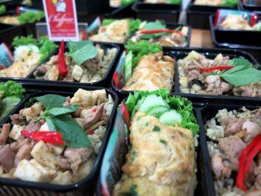 อาหารกล่อง-ข้าวผัดแกงเขียวหวานเนื้อน่องไก่-ไข่เจียว