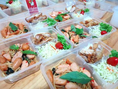 อาหารกล่อง-สปาเกตตี้ขี้เมาไส้กรอกรมควัน-ไก่ทอดน้ำสลัด