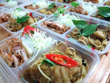 อาหารกล่อง-สปาเกตตี้ซอสเขียวหวานปลาเก๋า-ไก่ทอดน้ำสลัด